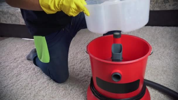 Vorbereitung des Reinigungsgerätes, gießen Sie das Waschmittel in den Waschsauger.
