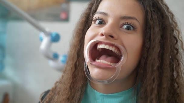 Profesionální kosmetické bělení zubů.
