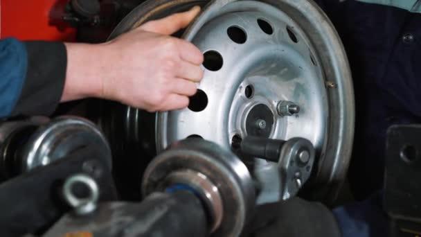 Zařízení pro autoservis a opravy - pneumatiky stroj pro válcování a zarovnání ocelové ráfky detail