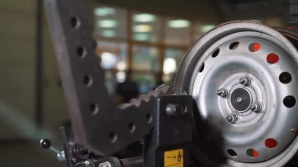 Autó-service és a javítás - gumiabroncs gördülési és acél kerék összehangolás automata felnik közelről