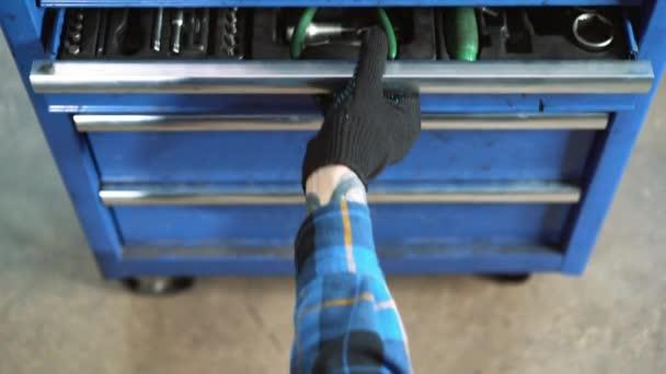 Detail obrázku mechanické dílny nástrojů. Profesionální auto mechanik pomocí různých nástrojů pro práci v auto servis.