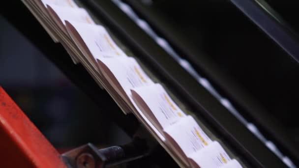 Proces tisku novin v tiskárně, fáze produkce zpravodajství a reklamní noviny
