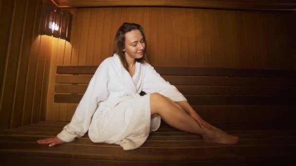 Zbytek mladé ženy v sauně
