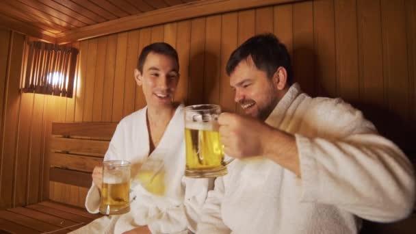 Muži odpočinek v vana, sauna, pít pivo