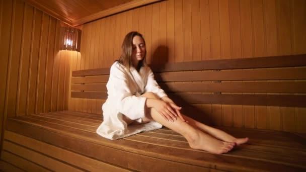 Rest der jungen Frau in der Sauna