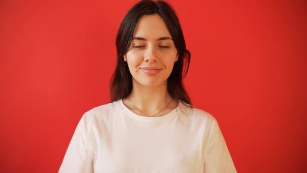 Das Konzept der Menstruation, Eisprung bei Mädchen. Mädchen auf einem roten Hintergrund hält einen Tampon, Dichtung.