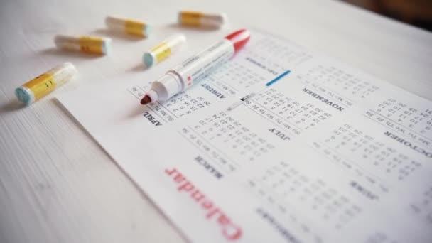 menstruační kalendář s bavlněné tampony, detail