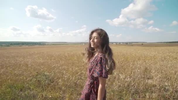 Nyári mező fiatal lány portréja