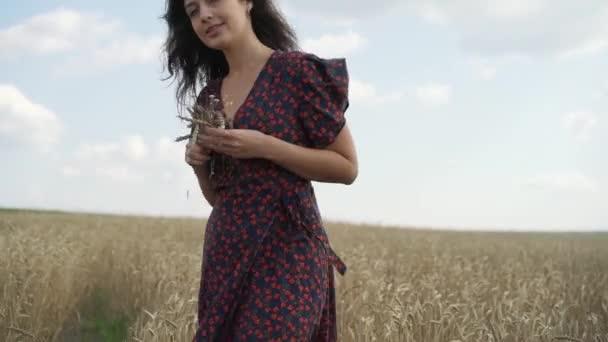 Portrét mladé dívky v letní pole
