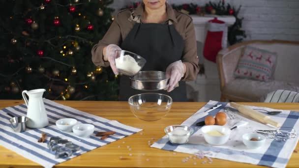 lány készül a mézeskalács sütik karácsonyra