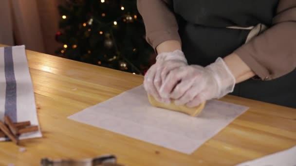 nő készül a mézeskalács sütik karácsonyra