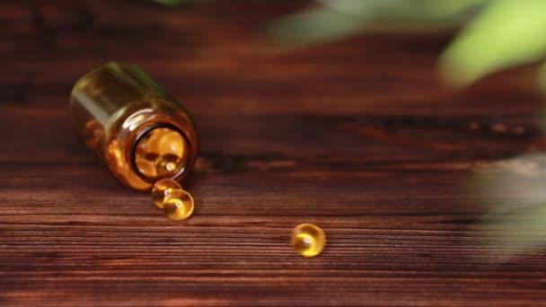 Vitamíny doplňují tablety Omega 3. Treska z jaterní léky na dřevěném stole. Rybí tuk