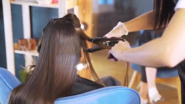 A haj restaurálásának folyamata a szépségszalonban