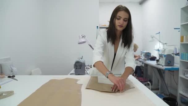 Dívka nastínit vzor na obrysu tkaniny