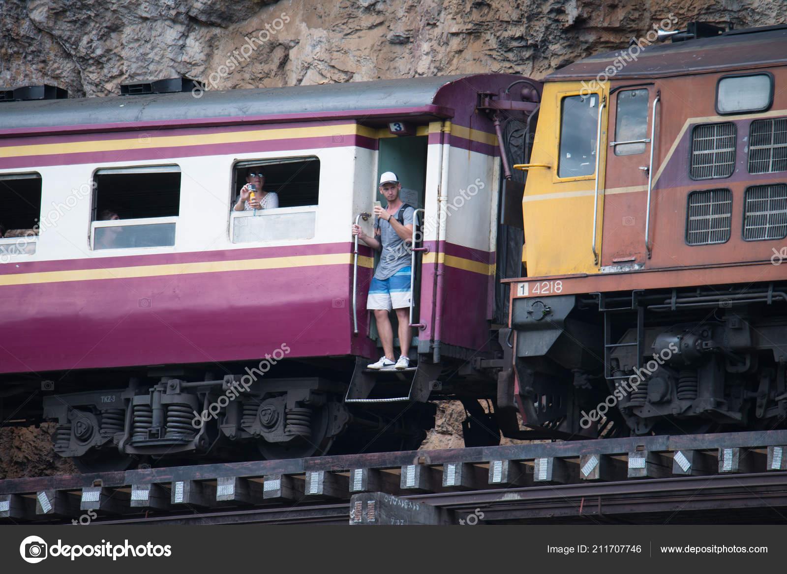 Kanchanaburi Tailandia Agosto 2017 Los Viajeros Disfrutan Viaje Tren