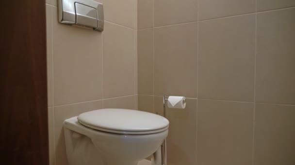 Tiszta fürdőszoba fehér WC-vel, zárt fedővel. Közelkép.