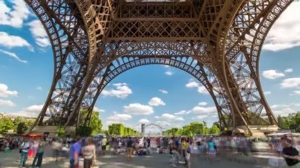 Paříž, Francie - 19. června 2018: Eiffelova věž den timelapse lidí, kteří jdou kolem. Slunečný den s mraky. 4k snímku