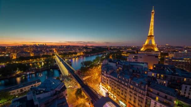 Paříž, Francie - 19. června 2018: Eiffelova věž večerní červánky timelapse. Rychlý pohyb. 4k snímku