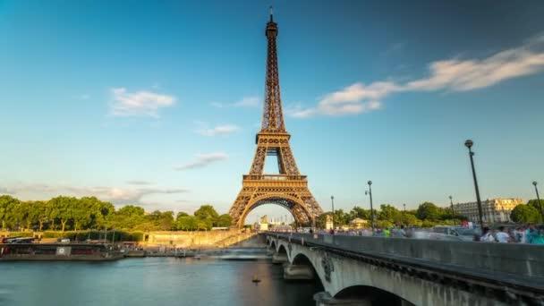 Paříž, Francie - 19. června 2018: Eiffelova věž den timelapse. Rychlý pohyb. Slunečný den s mraky. 4k snímku