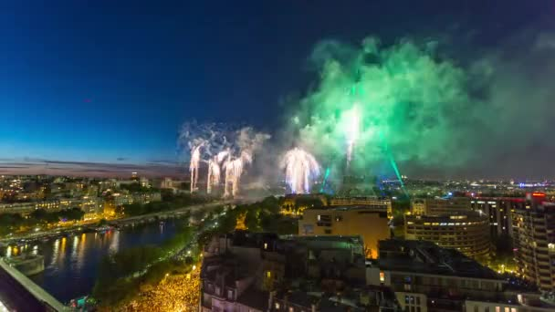 Paříž, Francie - 19. června 2018: Eiffelova věž ohňostroj noční timelapse na Bastille Day celebration. Rychlý pohyb 4k snímku