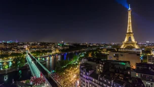 Paříž, Francie - 19. června 2018: Eiffelova věž noční timelapse jasná světla. Rychlý pohyb. 4k snímku