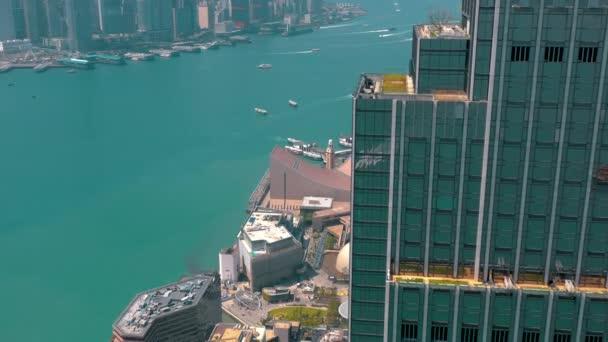 Hong Kong - květen 2018: Letecký pohled na Victoria bay na slunečný den ze strany čtvrti Kowloon ve 4k. Mrakodrapy na nábřeží
