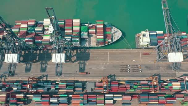 Hong Kong - 1. května 2018: Letecký pohled na moderní přístavní kontejnerového terminálu. Import a export, obchodní logistika. Přístavní jeřáby a velké lodě.