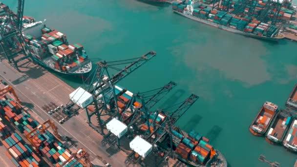 hong kong - 1. Mai 2018: Luftaufnahme eines modernen Hafencontainerterminals. Import und Export, Geschäftslogistik. Hafenkräne und große Schiffe.