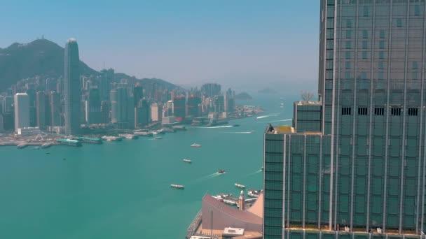 Hong Kong - květen 2018: Letecký pohled na Victoria bay ze strany čtvrti Kowloon ve 4k. Mrakodrapy na nábřeží