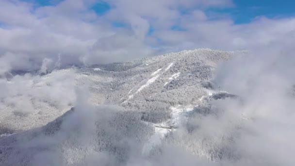 Antenna tájkép a Kaukázus hegység és a Gorkij Gorod sí- és snowboard resort, miután nagy havazás, Sochi, Oroszország. Drone shot 4k.