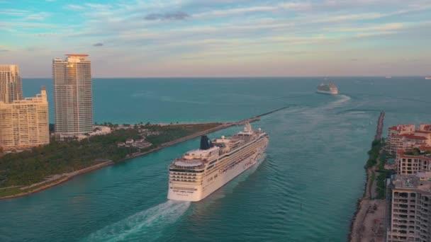 Miami, Florida, USA-květen 2019: letecký Přelet nad kanálem Miami Main. Loď, výletní plavby odplouvá do moře při západu slunce.