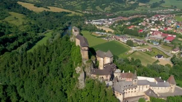 Oravský hrad na Slovensku. Středověká pevnost na extrémně vysokém a prudkém útesu u řeky Orava.