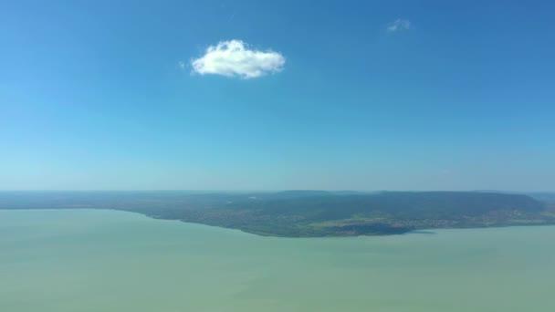 Balaton, Magyarország, a Balatontól nyáron, napos időben.