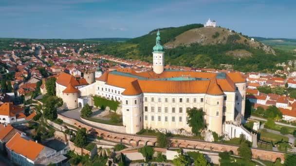Letecký pohled na mikulovský zámek a staré centru města Mikulov, Jižní Morava, Česká republika.