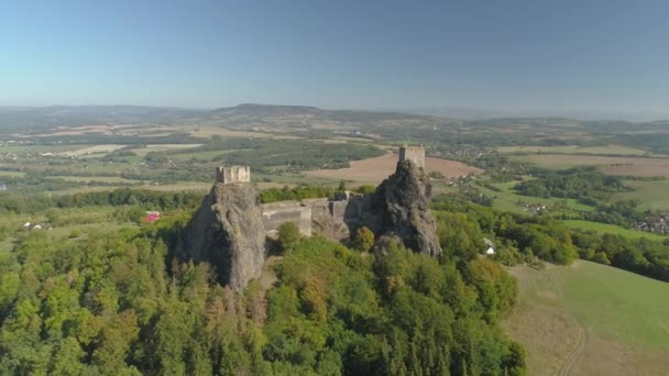 Ruiny gotického hradu trosky v národním ráji národního parku. Letecký pohled na