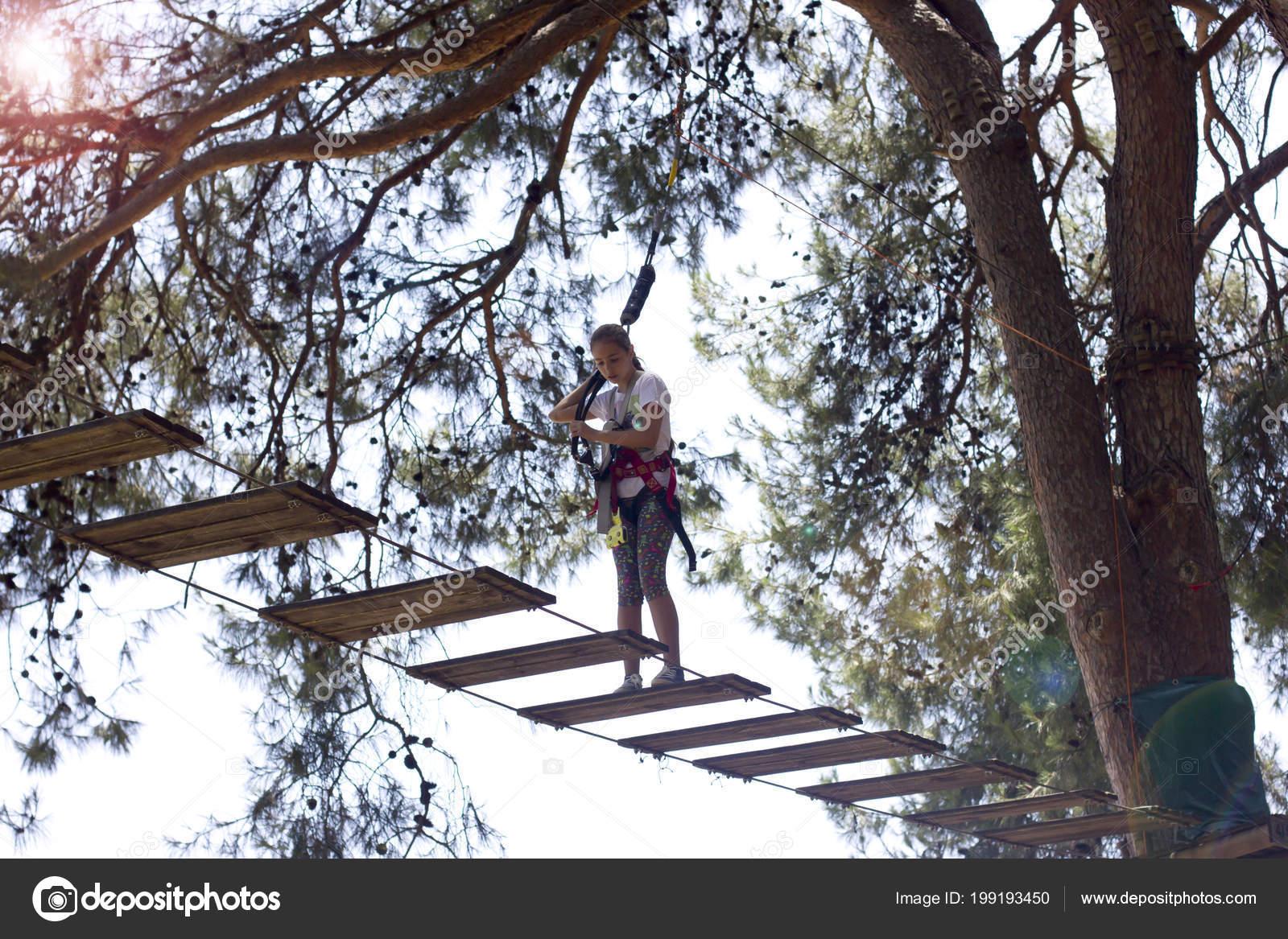 Kletterausrüstung Baum : Mädchen teenager mit angst gesicht kletterausrüstung seil