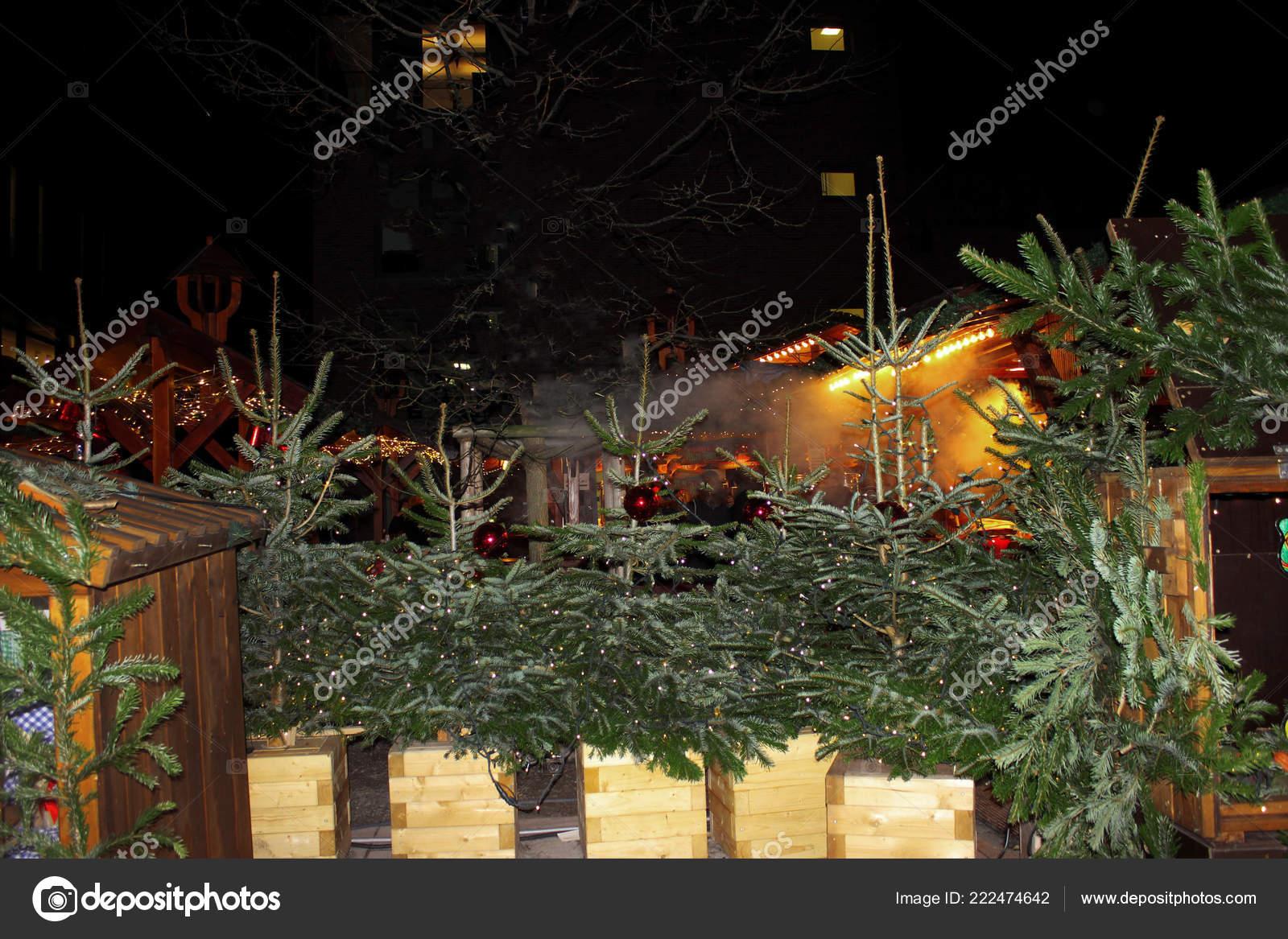 Deutschland Weihnachtsmarkt.Weihnachtsmarkt Deutschland Verkauf Der Weihnachtsbaum Abend Straße