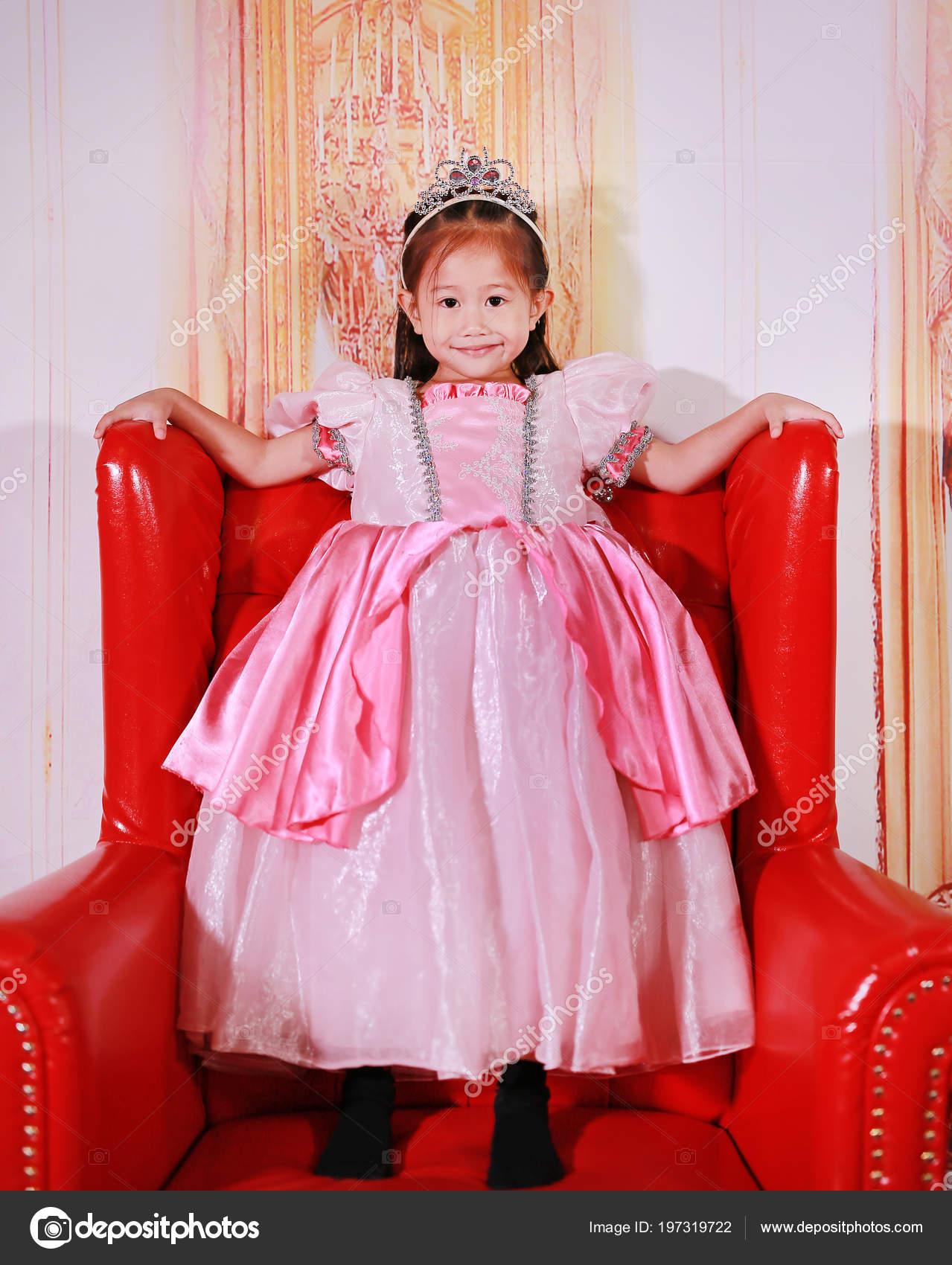 ab4bb61cad21 Malá Asijská Dívka Oblečená Jako Princezna Dítě Růžové Šaty Princezny–  stock obrázky