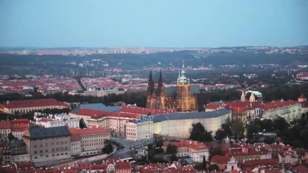 Prag, Tschechische Republik. Prag am Abend Stadtbild. Burg, St.-Veits-Dom. Gekrönt Blick auf weniger Stadt, Prager Burg und St.-Nikolaus-Kirche