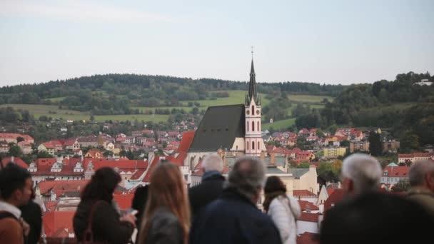 Cesky Krumlov, Česká republika - 25 září 2017: lidé turisté poznávací City z rozhlednou. Panoráma v slunečný podzimní den