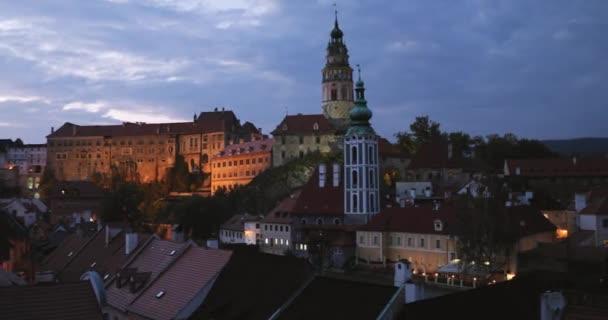 Cesky Krumlov, Česká republika. Hrad, věž a panoráma v podzimní večer noc. Světového dědictví UNESCO