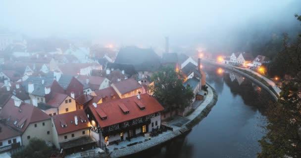 Cesky Krumlov, Česká republika. Panoráma v mlze Misty podzimního rána. Světového dědictví UNESCO