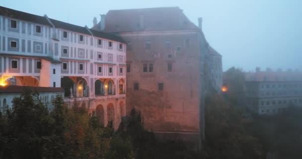 Cesky Krumlov, Česká republika. Hrad v mlze Misty v Mrning na podzim. Světového dědictví UNESCO