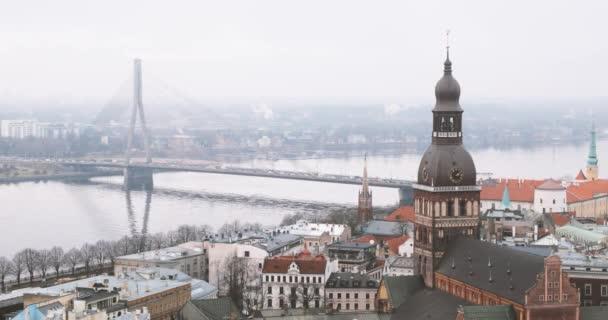 Riga, Lotyšsko. Nejlepší pohled na panoráma města. Vansu most a katedrála v Rize v Misty mlha deštivý den