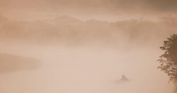 Озера, реки и человек рыбалки от старых деревянных лодках рыбацкой ...
