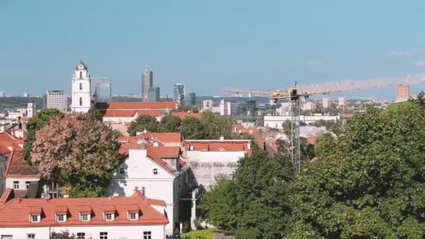 Vilnius, Litva. Pohled shora katolický kostel St. Johns zvonice a kostel v slunečný den sv. Pan, Panorama