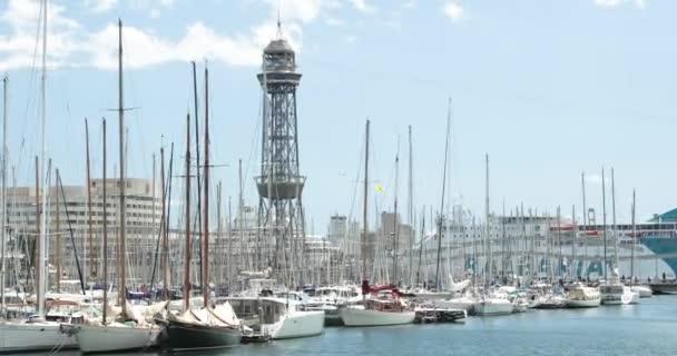 Barcelona, Španělsko - 13. května 2018: Barcelona, Španělsko. Bílá jachta kotví nedaleko brány Rambla De Mar v letním dni. Pan, Panorama