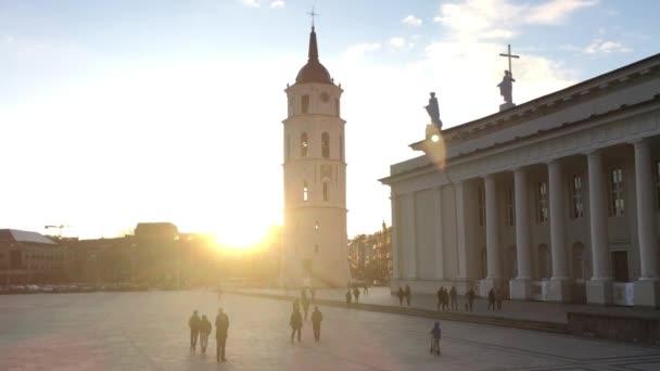 Vilnius, Litva. Náměstí poblíž Katedrála Basilica rákosem a St. Vladislav s zvonice v jarní slunce slunečný večer