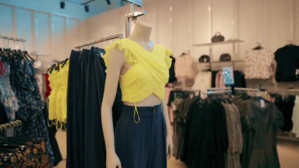 Figuríny oblečené v ženské ženy ležérní oblečení v obchodě Nákupní centrum