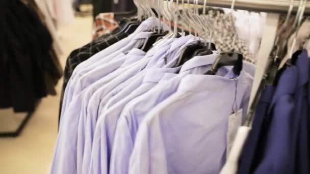 Mnoho košile na ramínko v obchodě nákupního centra